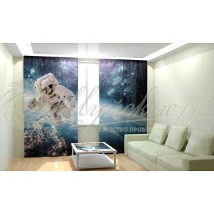 Фотошторы Астронавт в открытом космосе фото